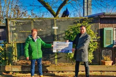 Spendenübergabe an Carolin Queissner (Vogel- und Tierpark) von Volkmar Stanoschek (Stadtmarketing)