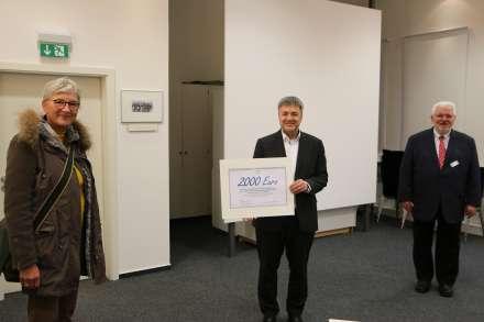 Den Scheck übergibt mit Corona-Abstand SHO-Geschäftsführer Thomas Radek (Mitte) an den Diakonie-Geschäftsführer Wolfgang Engel und Gabriele Allmendinger-Schaal.