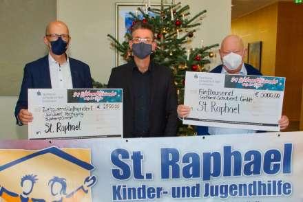 Olaf Horrenberger und Gerhard Schubert mit Stefan Reuter von St. Raphael