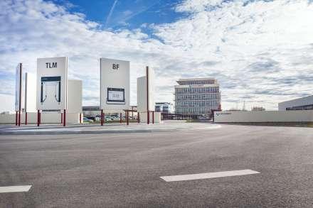 Die neu gestaltete Zufahrt auf das Firmengelände der Gerhard Schubert GmbH